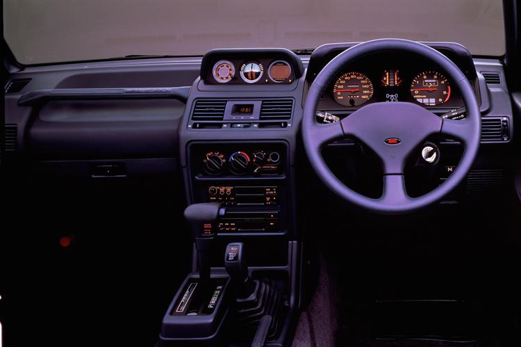 「XR-Ⅱ」のダッシュボードには初代から三菱の自慢だった水平計などが備わる