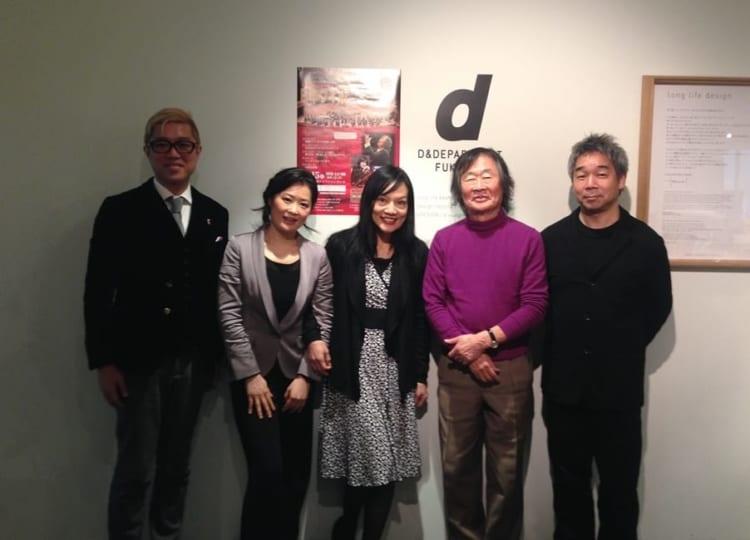 日本フィルを応援するようになり5年後の写真。場所はD&DEPARTMENT福岡店。日本フィルの九州公演をできることがあれば応援したい旨を伝え、店を記者発表の場所として使って頂いた際の記念写真。僕の左横が指揮者の小林研一郎さん(写真はすべてナガオカケンメイさん提供)