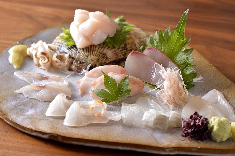 ヒラメ、マコガレイ、ホウボウ、アイナメ、ミズダコ、ヒラマサ、ホタテ貝の7種の盛り合わせで2人前が2400円