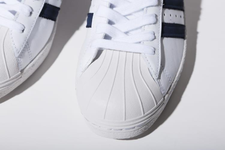 貝殻のように見えることから「シェルトゥ」と呼ばれている樹脂製の補強パーツ。つま先部分が丈夫であるため、スニーカーをハードに扱うスケートボーダーたちからも人気を集めた