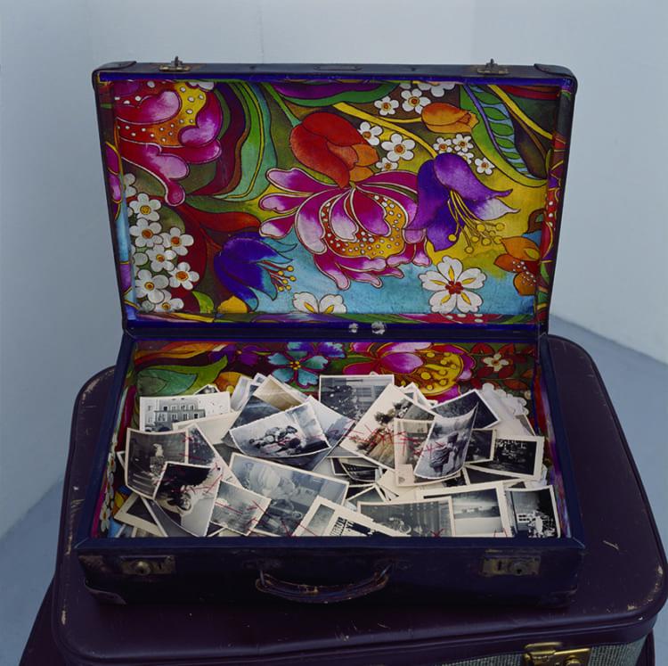 塩田千春 《行くべき場所、あるべきものー写真》 2010年 スーツケース、写真、糸、他 40×50×43 cm Courtesy: Kenji Taki Gallery, Nagoya/Tokyo