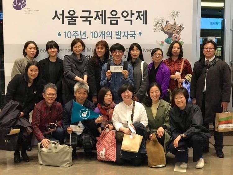 日本フィルの応援は、D&DEPARTMENTで開催された「d school わかりやすいオーケストラ」という勉強会をきっかけに、「d日本フィルの会」が作られました。 写真は日本フィルの韓国公演を応援するために会に呼びかけ、集まった仲間たち。写真の後列右が佐々木文雄さん、前列左が山岸淳子さん。 この2人が全ての僕のオーケストラ意識の原点を作ってくれました