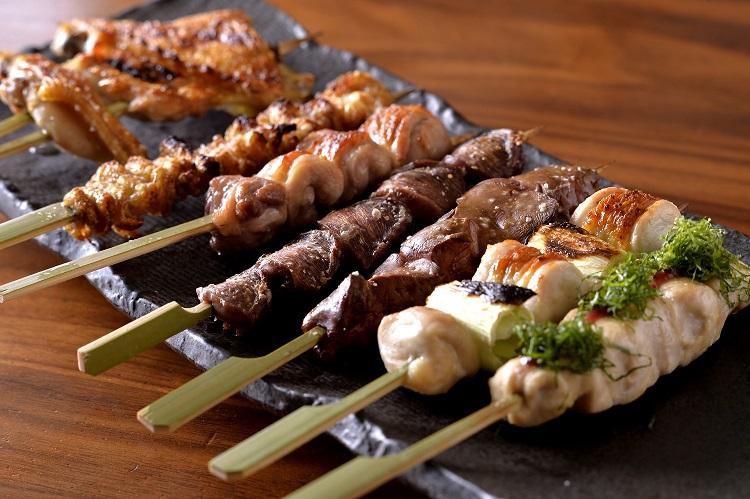 川俣軍鶏の串焼き260〜350円。1本から注文できる