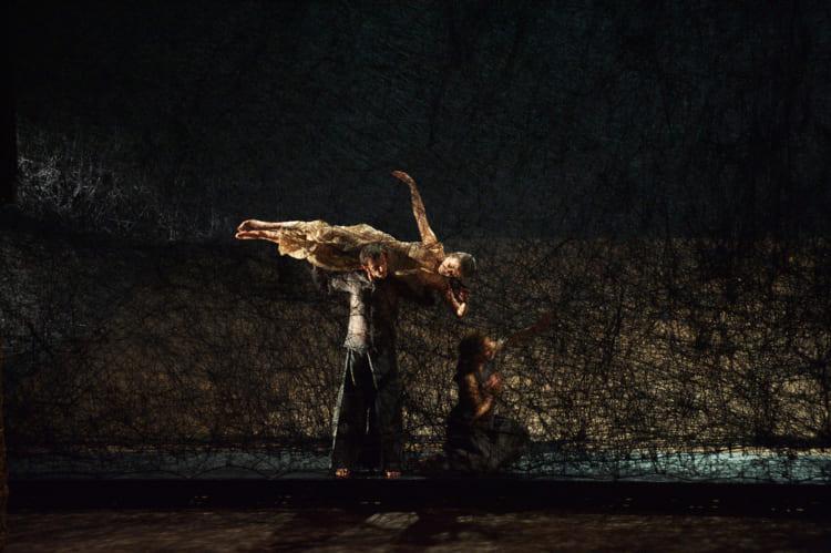 塩田千春 オペラ公演「松風」の舞台美術 モネ王立歌劇場(ブリュッセル)、2011年 撮影:Sunhi Mang