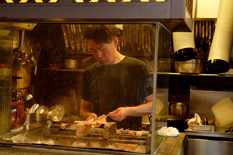 川俣軍鶏は、炭火焼き専門のスタッフが念入りに焼く