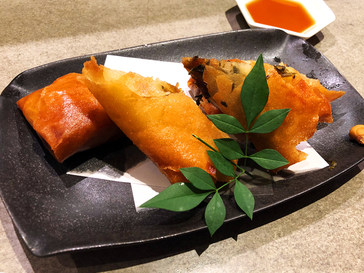 「納豆高菜そうめん春巻き(650円)」は時間が経っても皮はパリパリ、麺の食感もプリプリ。特製のだし醤油とからしにつけて食べる