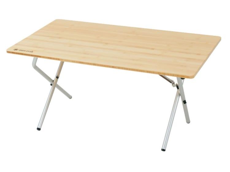 約50×85×40センチと大きすぎず小さすぎないサイズも人気の秘密。天板には竹の集成材を使い、足にはアルミ素材を採用している