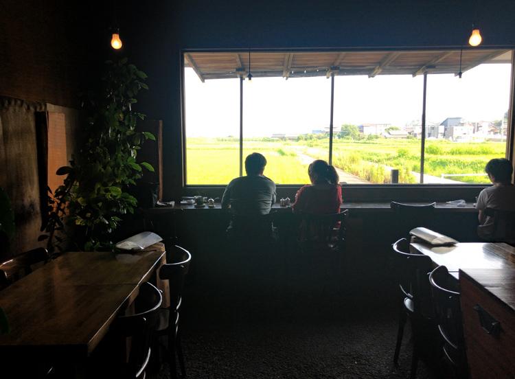 阿久比町の坂部駅の近くにある、田んぼと鉄道を眺められるカフェ(名前は秘密)。こうした店内のしつらえも「デザイン」であり、しっかりと世界観を持って「ながめ」にポイントを置かれている素敵な阿久比を代表するカフェだと思う。やはり「その町の物語」に関心を持つ場所は、緩やかな観光名所でもある。全国的な有名カフェを誘致したりせず、地元の人と一緒に、意識高い場所を作れたら、とても素晴らしいと思う。デザインはそうした意識を「はっきり」させる一つの手段だと思います。デザインが主張してしまう場所や空間が多くて残念ですが、知って欲しいことにゆっくりと導くことにデザインを使うことで、こうした場所が現れ、その土地への興味、未来を緩やかな緊張感で創造したくなる