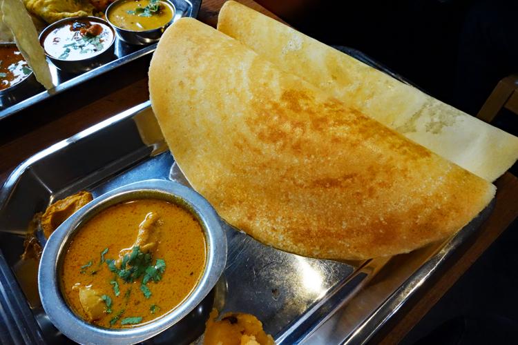 豆と米で作るサクサクとした感触のパン「マサラドーサ」も人気
