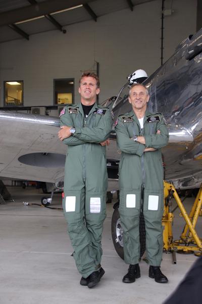 飛行当日の朝、格納庫でパイロット2人。マット・ジョーンズ(左)とスティーブ・ボールトビー・ブルックス(右)
