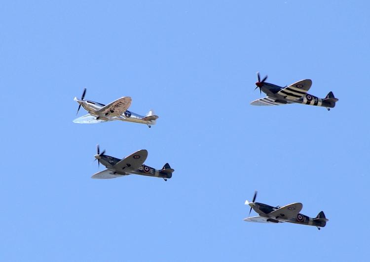 「シルバー・スピットファイア」(左上)は、他のスピットファイアとしばし飛行を披露したあと、最初の寄港地であるスコットランドのロジーマスへと向かった