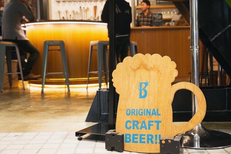 """約15種のクラフトビールと、""""ビールに合う""""を徹底的に追求したオリジナルフードを提供する「Boulevard Cafe &9」"""