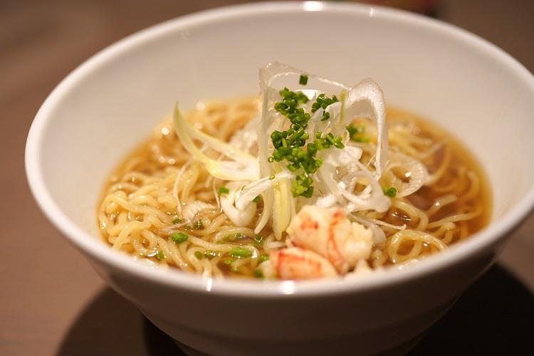 甘エビの頭をたっぷり使用した極上のスープに、特製の麺を合わた海老そば