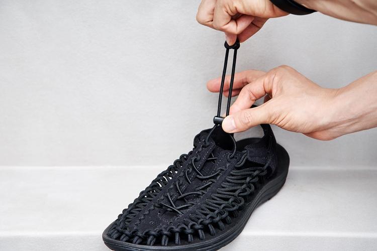 ポリエステル素材のコードは強度が高く、通常の使用で切れることはない。靴ひもの役割を果たす調整用バンジーコードは伸縮性のある別素材