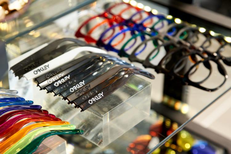 直営店ほか一部店舗では、レンズやフレームのカラーを選ぶことができるカスタムオーダーが可能。直営店では注文したその場で持ち帰ることができる。カスタムーオーダーをする場合、通常はチャージとして2000円が掛かるが、8月末までは無料とのこと