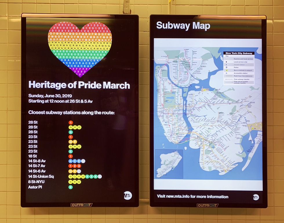 地下鉄の電光掲示板ではパレードに参加する人たちへの呼びかけが行われた