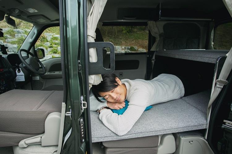 軽自動車ベースのキャンピングカーに、身長183cmの俳優・南圭介さんが乗ってみた