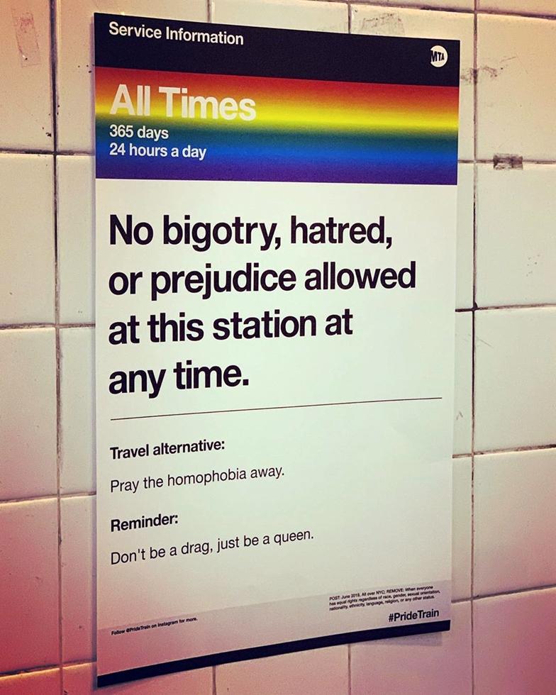 地下鉄のなかでは乗客が自作したMTA(NYの地下鉄運営会社)のロゴを模したLGBTQAI+をたたえるポスターも各所で見られた