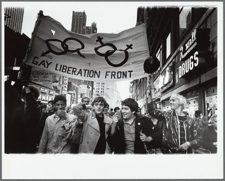 1970年のプライドの様子/Photo by Diana Davies, Gay Liberation Front marches on Times Square, New York, 1970 / New York Public Library, Manuscripts and Archives Division