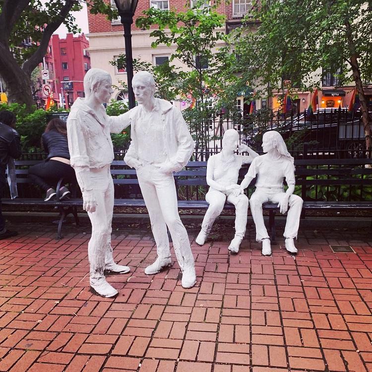 バーの前には「SWの反乱」を記念した「ストーンウォール国立記念碑」がある。写真は園内にある彫刻家ジョージ・シーガルのLGBTQAI+をたたえる彫刻作品
