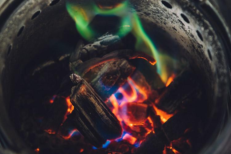 色が付いたたき火