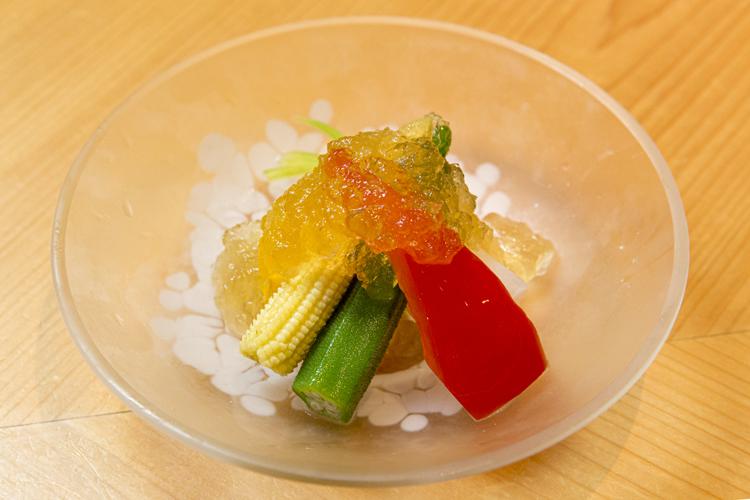 先付けの「季節野菜のコンソメジュレがけ」。体がうれしくなる料理