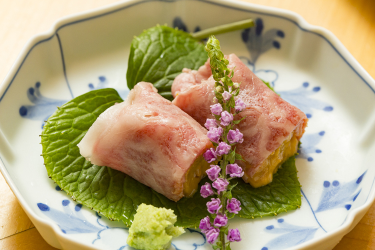 和牛霜降り肉と、生ウニのとろりとした食感がとろけ合う「牛しゃぶ雲丹巻き」