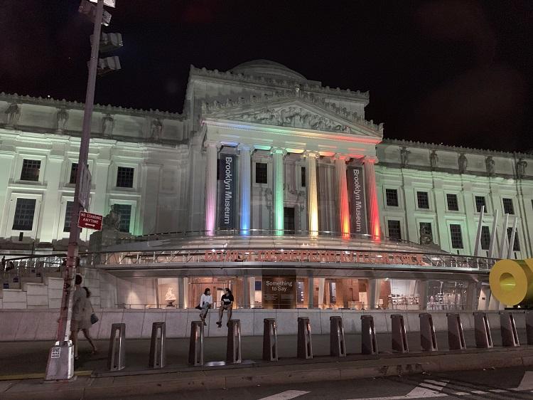 ライトアップされたブルックリン・ミュージアム。プライド月間は特別にプライド・カラーに