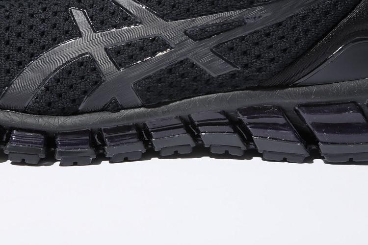大胆なスリットが側面に多く配され、路面にくらいつきそうなデザイン。ソール側面の大部分が衝撃緩衝素材のGELで作られている