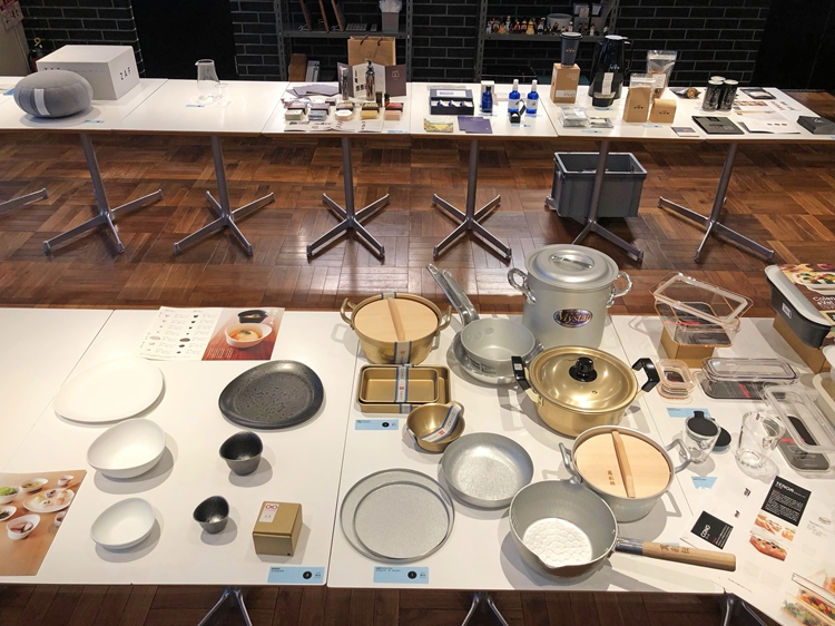 普段はカフェのテーブルとして使用しているものをプレゼンテーション台に。原点である商品と一緒に最新商品を並べ、そのどこを受け継いでいるかを丁寧に説明するメーカーも