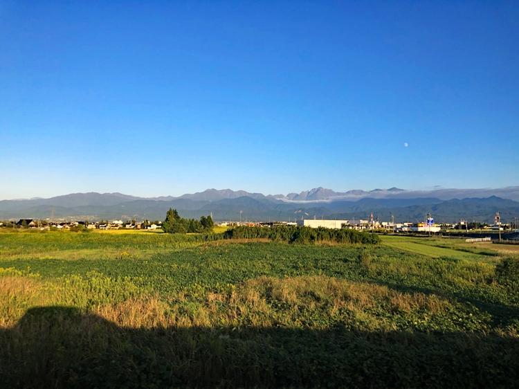 のどかな富山の山並み。デザイン、産業は、地形や自然環境から生まれる。