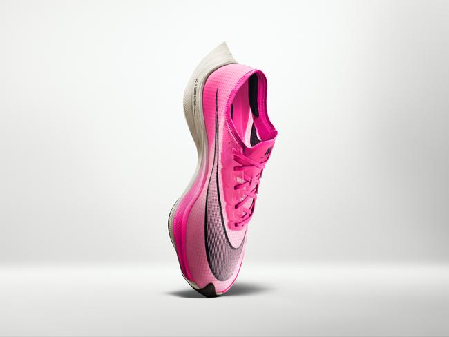 トップランナーがこぞって着用 ピンクの厚底シューズ 「ヴェイパーフライ ネクスト%」は何がすごいのか?