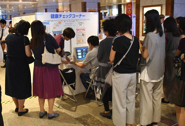 健康チェックコーナーは順番待ちの行列ができる人気
