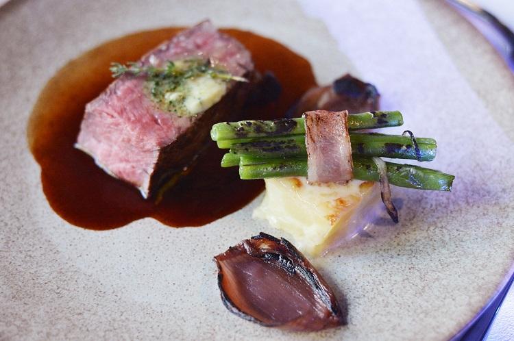 試合前に提供されたメインディッシュの牛フィレ肉。上質な料理が特別な時間を演出する