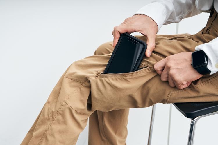 「OtterBox(オッターボックス)」の大型ハードケースを付けたiPhone(5.8インチ)も無理なく収納できる容量