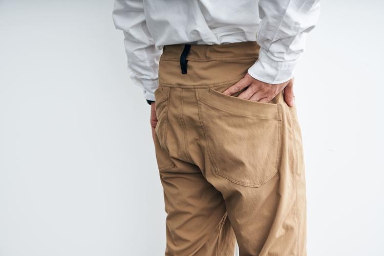 ヒップはジーンズ風のパッチポケット。口の部分が外側に向かって下がっているのは、ハーネスの干渉を避けるため