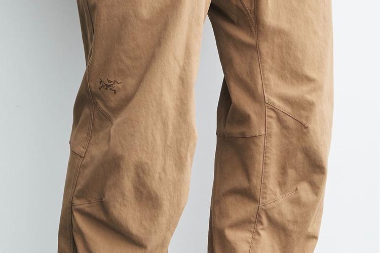 同色の糸を採用するとともに細かいピッチで縫製している。右ひざにプリントされているロゴも生地と同色。スポーツ感を軽減している
