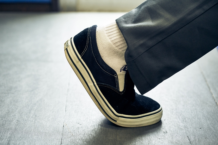 既存のスリッポンはつま先を踏み込むとヒール(かかと)が浮き上がってしまう。これは地面を蹴って進むスケートボードにとっては致命的な欠陥。見ての通り「スケート・ギャング」では解決されている