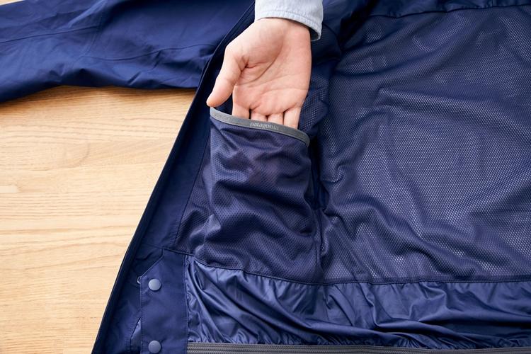 凍ったゴーグルやグローブを体温で溶かす際に使用するなど、非常に収納力の高いドロップイン・ポケット。非常に大口のポケットになっているので収容力も高い
