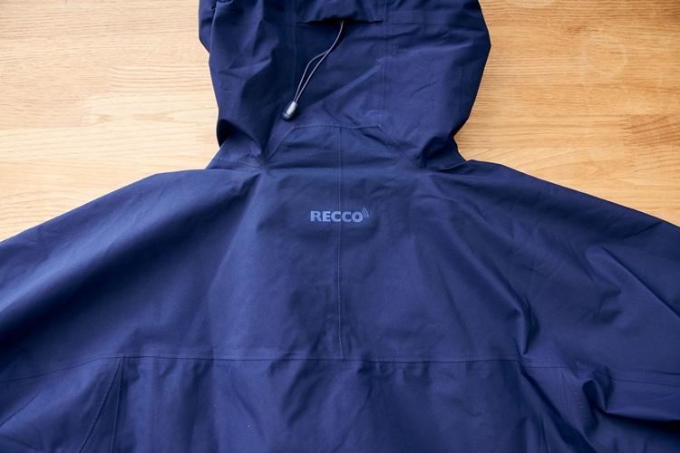 RECCO雪崩救助反射板(リフレクター)を内蔵しているのはスノーウェアならでは。特定の周波数の電波を反射することで、雪崩により雪中に埋没したときに捜索の手がかりとなる