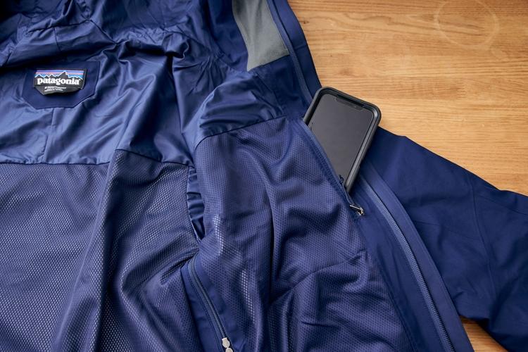 内側の胸部分にはスマートフォンなどを収納できるジッパー式ポケットを装備