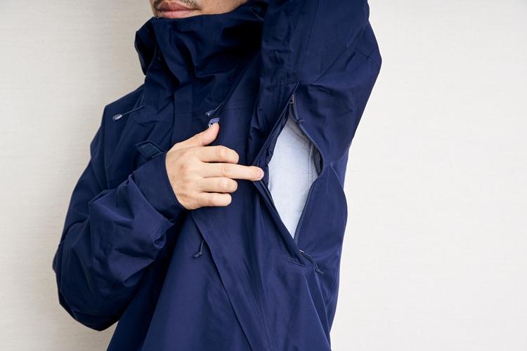 デパーター・ジャケットのピットジッパーはバックパックを背負った状態でも開閉が可能なダブルジッパー仕様