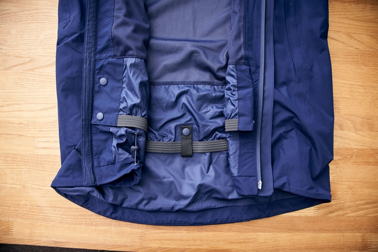収納時のパウダースカート。背部中央にはパタゴニアのスノーパンツを固定できるウェビングのループを備えている。パウダースカートのまくり上がりを防ぎ、雪の侵入をより防ぐことが目的だ