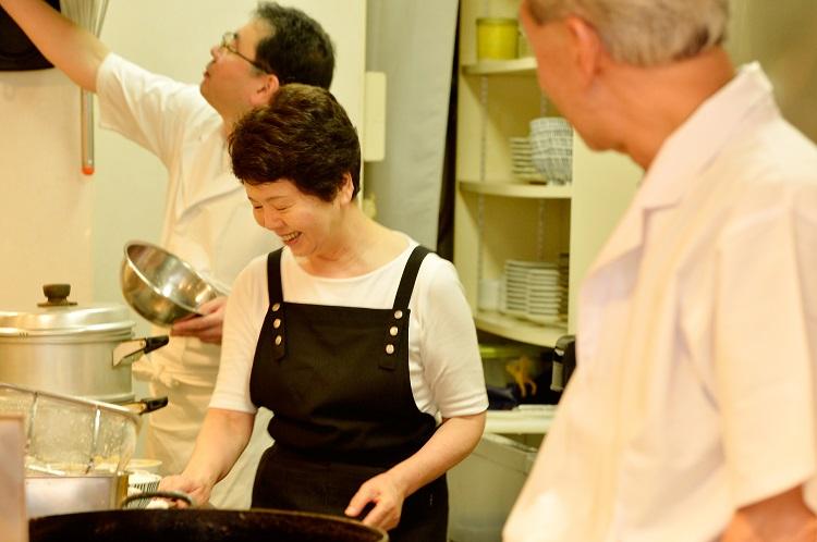 熟練職人の飯泉さん、おかみの賀茂さん、3代目の恵さん。最高のチームワークだ