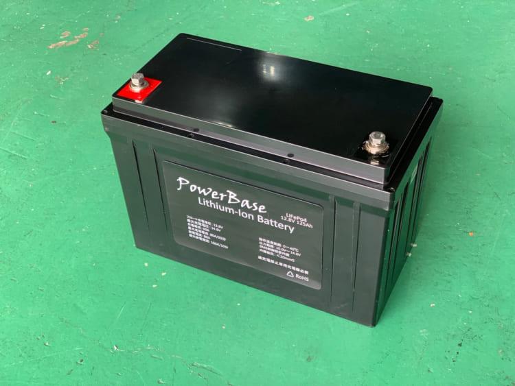 キャンピングカーオーゼットのリチウムイオンバッテリー。125Ahで13.5キロと非常に軽量なうえに、BMS付きで鉛バッテリーと変わらない外形寸法なので、入れ替えも簡単だ