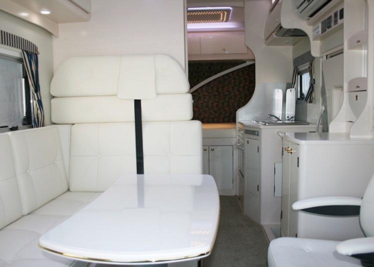 ACSオアシスSHの室内。ゆったりとした空間はバスコンならでは。家庭用エアコン、大型冷蔵庫、電子レンジなど充実した装備を誇る