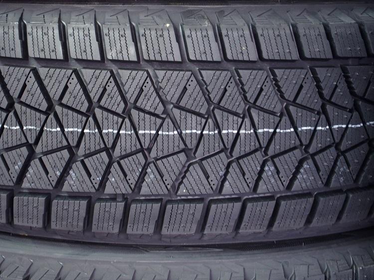 スタッドレスタイヤの表面に刻まれた細かな溝(サイプ)。このサイプが凍結路面との接触で生まれた水を保持することで、スリップを防ぐ