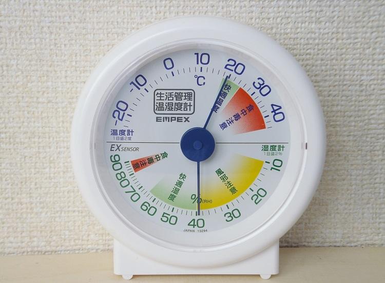 簡単なものでよいので温湿度計を搭載しておこう。冬の車内はビックリするほど乾燥していることが多いのだ