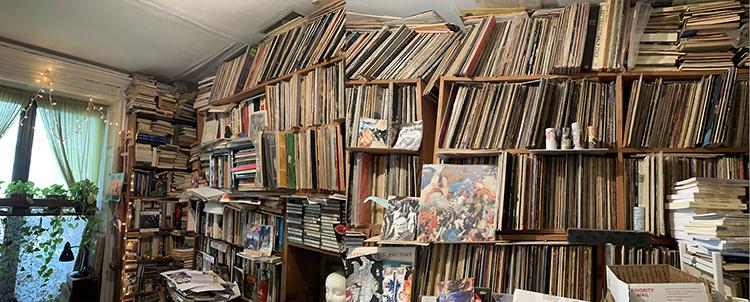 スティーブさんのジャズのレコードで埋め尽くされたグリニッジ・ヴィレッジ地区のダラチンスキー夫妻のアパート