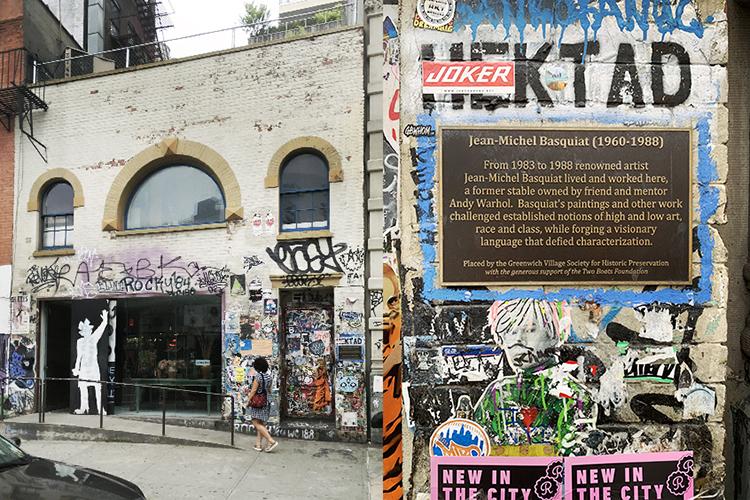 イースト・ヴィレッジ地区にある1983年から88年までバスキアの住居兼スタジオのあったビル(写真左)。当時はアンディ・ウォーホルが出資していたという。現在では、セレクトショップになりニューヨーク市歴史建造物に指定されている(写真右のパネル)